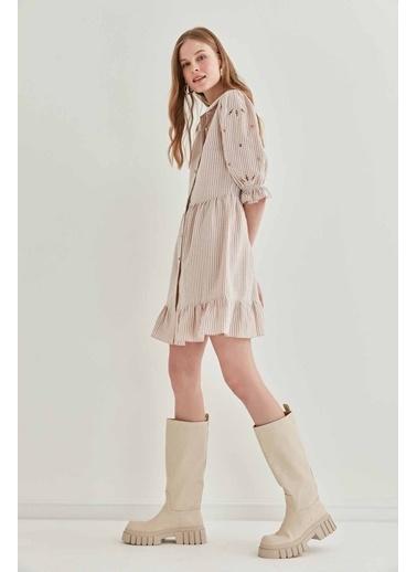 Vitrin Kollar Nakış Detaylı Çizgili Elbise Bej
